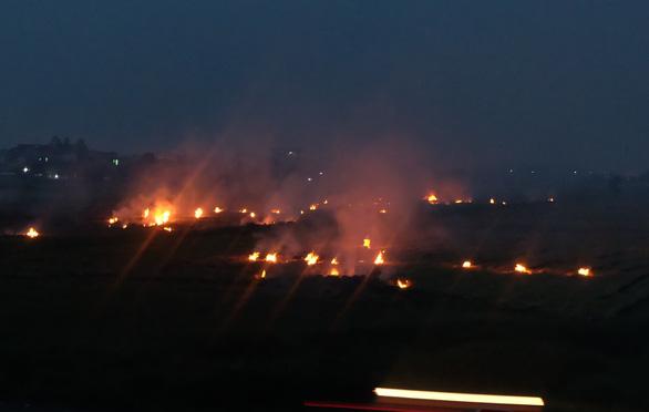 Khói mù mịt do đốt rơm rạ ven cao tốc Hà Nội - Hải Phòng - Ảnh 2.