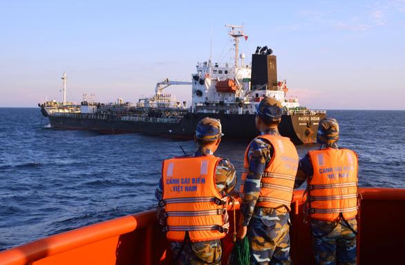 Phạt tàu Singapore chiết dầu cho tàu không số chở người Trung Quốc - Ảnh 1.