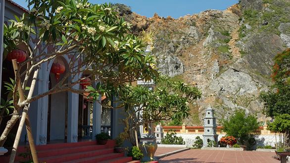 Di tích chùa Hàn Sơn nứt toác, nhà dân sụt lún vì nổ mìn mỏ đá - Ảnh 1.