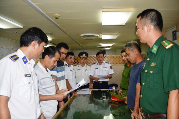 Phạt tàu Singapore chiết dầu cho tàu không số chở người Trung Quốc - Ảnh 2.