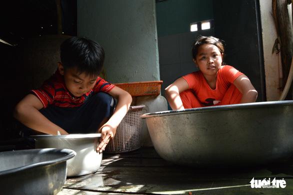 Những đứa trẻ tứ xứ tha hương vượt khó đến trường - Ảnh 2.
