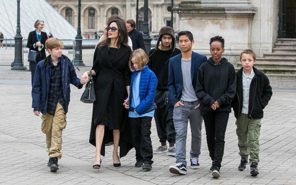 Tòa yêu cầu Angelina Jolie phải cho Brad Pitt gặp các con nhiều hơn - Ảnh 1.