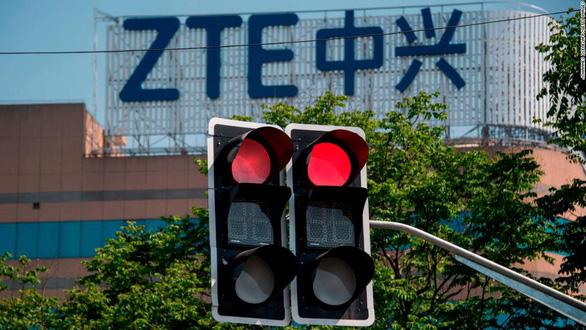 Giá cổ phiếu ZTE lao dốc 40% sau lệnh cấm của Mỹ - Ảnh 1.