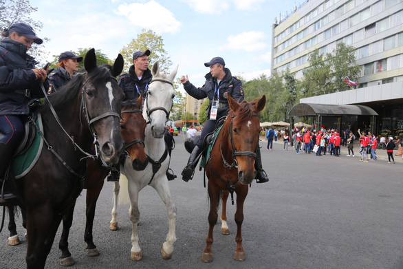 Cảnh sát đi ngựa có phải để 'làm kiểng' ở World Cup 2018? - Ảnh 4.