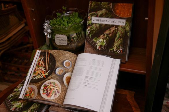 Báo Thái Lan giới thiệu sách về món chay Việt của đầu bếp Canada - Ảnh 2.