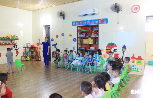 Cô giáo đồng loạt quỳ, có trách nhiệm địa phương cho mở lớp chui - Ảnh 1.