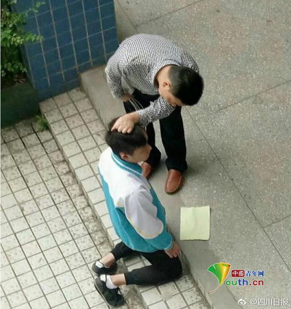 Giáo viên tiểu học bị bắt vì đánh học sinh tàn bạo - Ảnh 1.