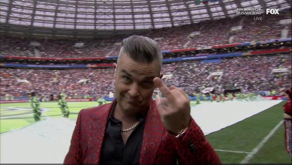 Giơ 'ngón tay thối' tại World Cup Robbie Williams có thể bị phạt tiền - Ảnh 3.