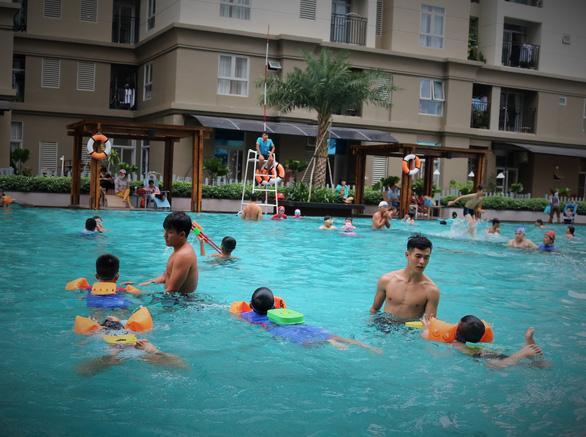 Nghỉ hè, cha mẹ trẻ đua nhau cho con đi học bơi - Ảnh 2.