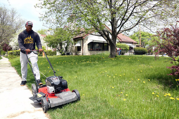 Chàng trai đi khắp nước Mỹ cắt cỏ miễn phí - Ảnh 1.