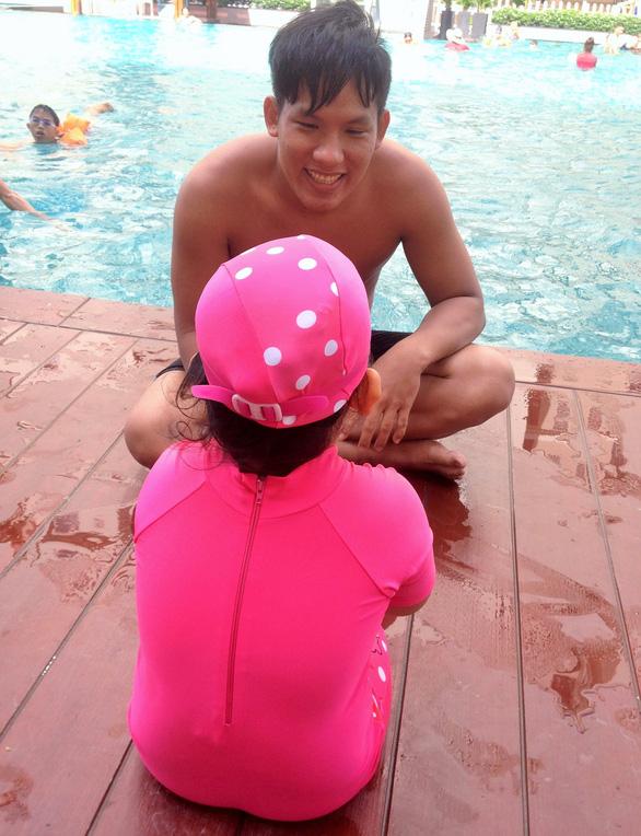 Nghỉ hè, cha mẹ trẻ đua nhau cho con đi học bơi - Ảnh 3.