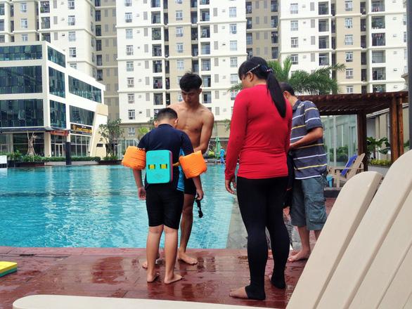 Nghỉ hè, cha mẹ trẻ đua nhau cho con đi học bơi - Ảnh 4.