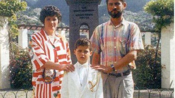 Suýt nữa siêu sao Ronaldo không thể ra đời bởi mẹ anh muốn phá thai - Ảnh 9.