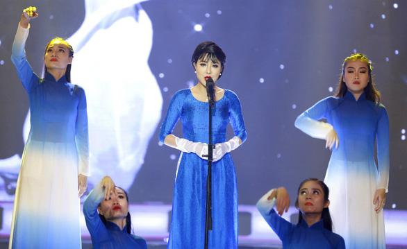 Á hậu Băng Khuê bất ngờ với giọng hát như ca sĩ ở Gương mặt điện ảnh - Ảnh 1.