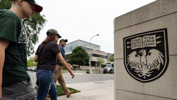 Đại học Chicago Mỹ bỏ yêu cầu điểm SAT, ACT - Ảnh 1.