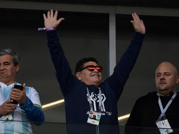 Maradona phì phèo xì gà, 'phân biệt chủng tộc' tại World Cup - Ảnh 3.