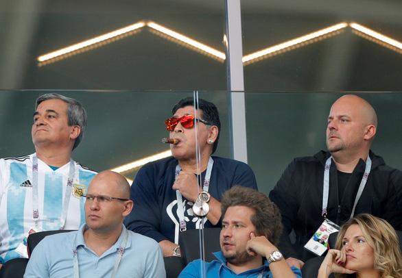 Maradona phì phèo xì gà, 'phân biệt chủng tộc' tại World Cup - Ảnh 5.