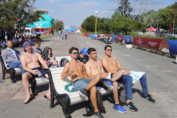 Trời quá nắng, cổ động viên Thụy Điển phải cởi trần xem bóng đá - Ảnh 2.