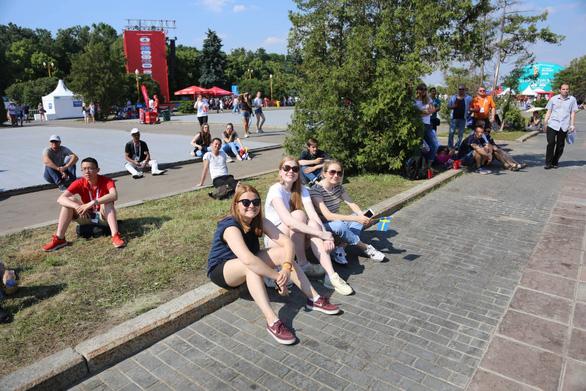 Trời quá nắng, cổ động viên Thụy Điển phải cởi trần xem bóng đá - Ảnh 3.