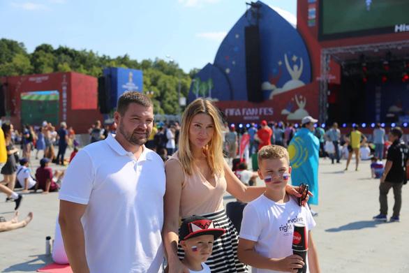 Trời quá nắng, cổ động viên Thụy Điển phải cởi trần xem bóng đá - Ảnh 7.