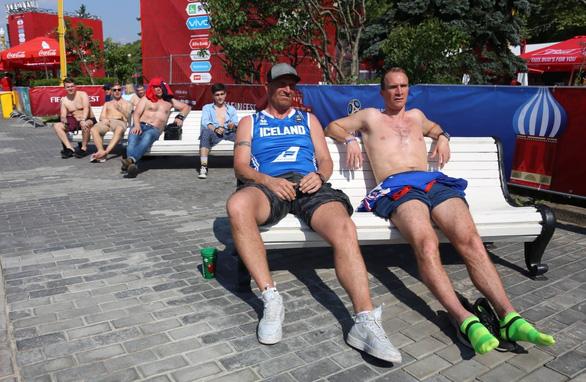 Trời quá nắng, cổ động viên Thụy Điển phải cởi trần xem bóng đá - Ảnh 8.