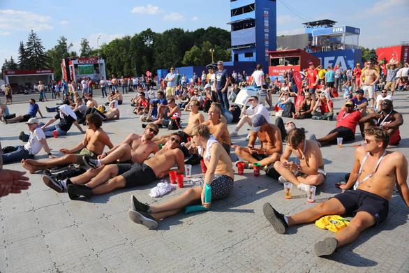Trời quá nắng, cổ động viên Thụy Điển phải cởi trần xem bóng đá - Ảnh 12.