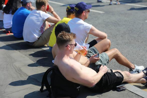 Trời quá nắng, cổ động viên Thụy Điển phải cởi trần xem bóng đá - Ảnh 10.