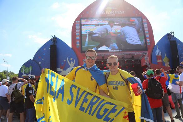 Trời quá nắng, cổ động viên Thụy Điển phải cởi trần xem bóng đá - Ảnh 11.