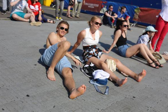 Trời quá nắng, cổ động viên Thụy Điển phải cởi trần xem bóng đá - Ảnh 13.