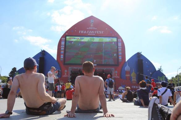 Trời quá nắng, cổ động viên Thụy Điển phải cởi trần xem bóng đá - Ảnh 14.