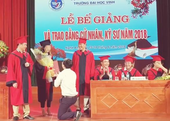 Phó bí thư Đoàn Trường ĐH Vinh quỳ gối cầu hôn nữ sinh tại lễ tốt nghiệp - Ảnh 2.