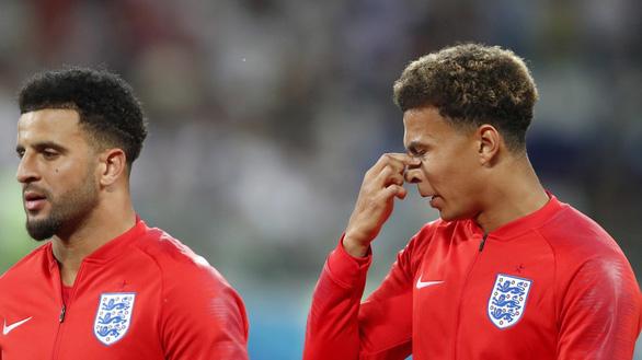 Tuyển Anh vừa thi đấu, vừa xịt chống muỗi trên sân World Cup - Ảnh 1.