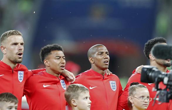 Tuyển Anh vừa thi đấu, vừa xịt chống muỗi trên sân World Cup - Ảnh 2.
