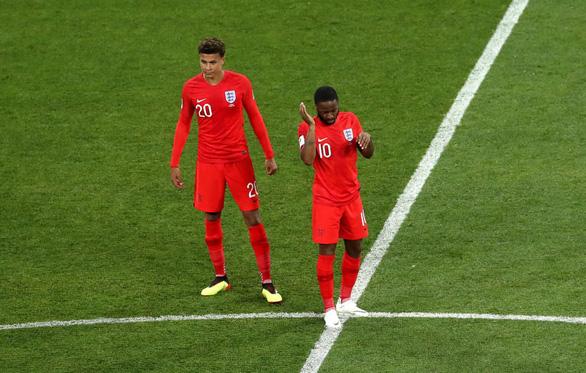 Tuyển Anh vừa thi đấu, vừa xịt chống muỗi trên sân World Cup - Ảnh 3.