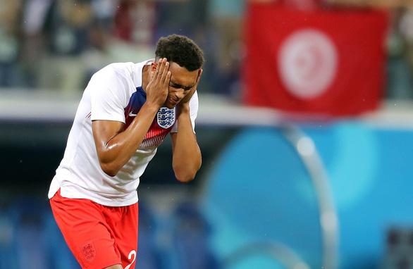 Tuyển Anh vừa thi đấu, vừa xịt chống muỗi trên sân World Cup - Ảnh 4.