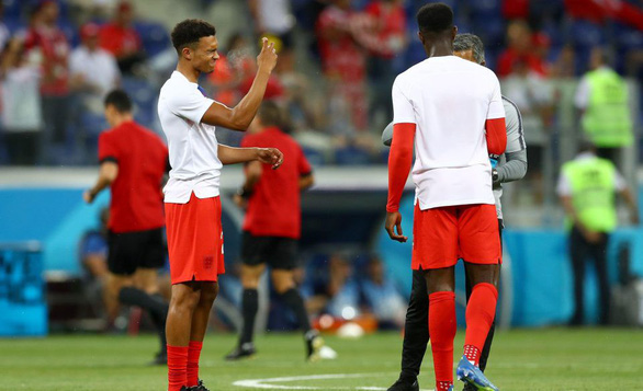 Tuyển Anh vừa thi đấu, vừa xịt chống muỗi trên sân World Cup - Ảnh 7.