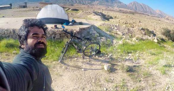 Thầy giáo Ấn Độ đạp xe 4.000km tới World Cup để được gặp Messi - Ảnh 3.