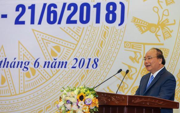Thủ tướng Nguyễn Xuân Phúc: Tăng thu nhập cho người làm báo nhưng không để báo chí thương mại hóa - Ảnh 2.