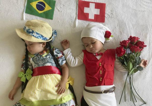 Mẹ hoá trang 2 con sinh đôi thành các đội đối kháng World Cup - Ảnh 3.