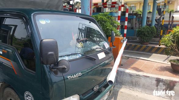 Không chịu nộp phí, tài xế tông barie BOT Tân Đệ qua trạm - Ảnh 4.