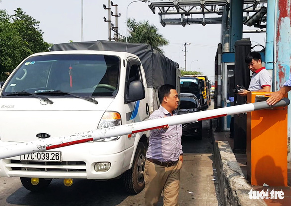 Không chịu nộp phí, tài xế tông barie BOT Tân Đệ qua trạm - Ảnh 2.