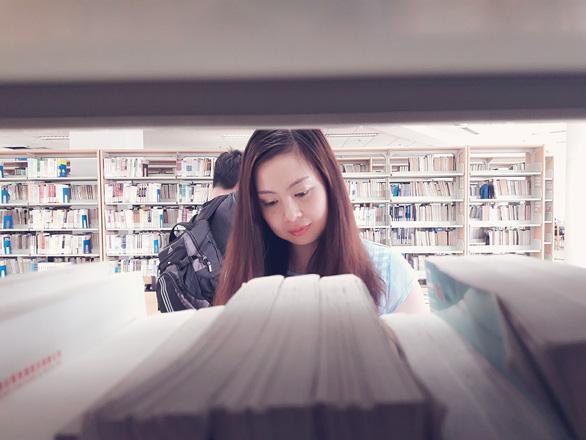 Khi cô đơn, bạn đừng quên đọc sách, hạnh phúc thực ra ở rất gần - Ảnh 2.