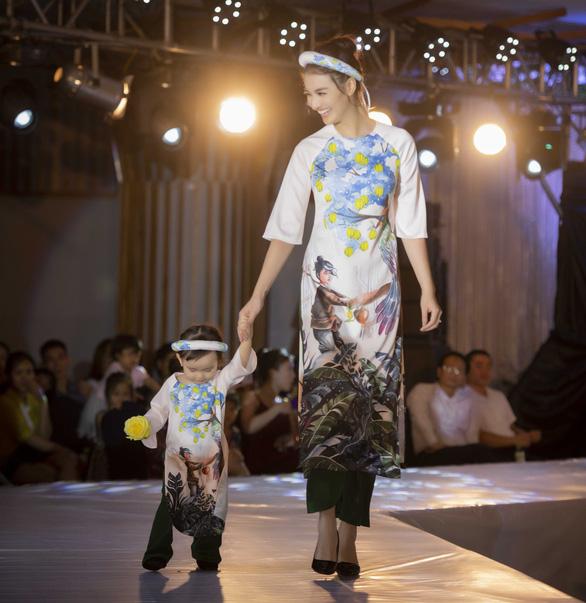 Chị 'Nguyệt thảo mai' lần đầu kể chuyện cổ tích bằng áo dài - Ảnh 4.