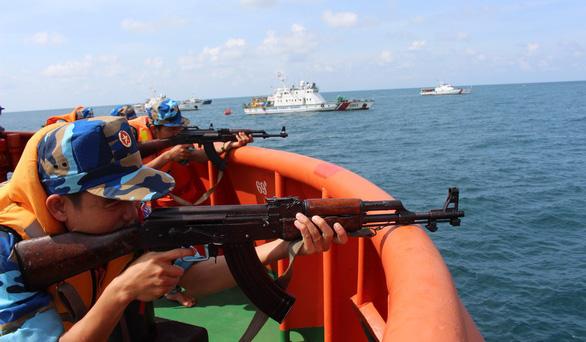 Những cuộc giải cứu nghẹt thở trên sóng biển - Ảnh 2.