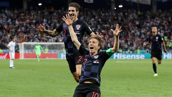 Fan Argentina nhổ nước bọt, đánh hội đồng fan Croatia để trút giận - Ảnh 2.