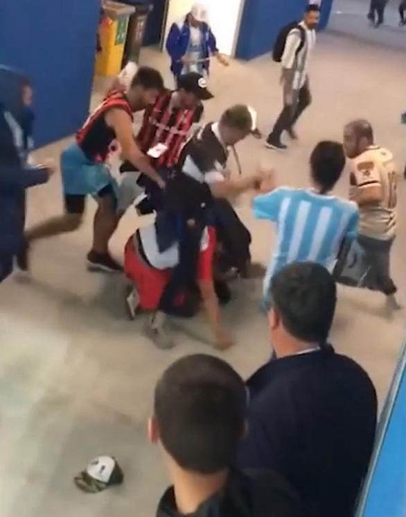 Fan Argentina nhổ nước bọt, đánh hội đồng fan Croatia để trút giận - Ảnh 3.