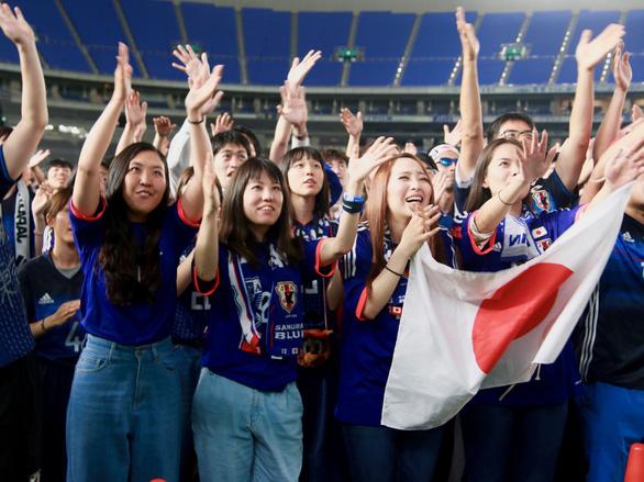 Nhật báo động vì quá nhiều người xem World Cup đi tiểu cùng lúc - Ảnh 2.