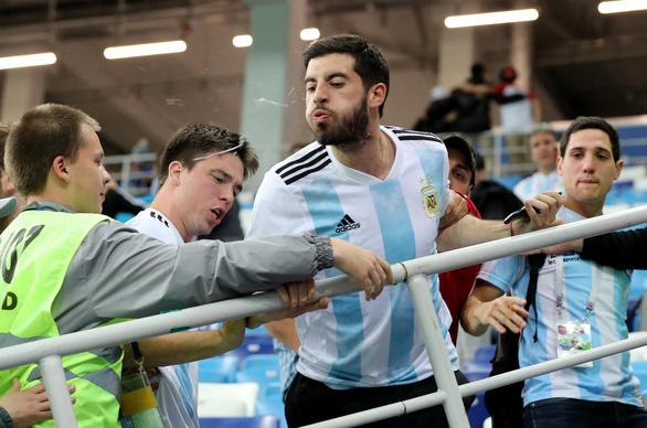 Fan Argentina nhổ nước bọt, đánh hội đồng fan Croatia để trút giận - Ảnh 4.