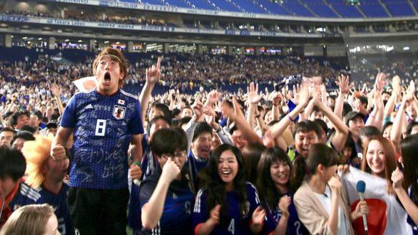 Nhật báo động vì quá nhiều người xem World Cup đi tiểu cùng lúc - Ảnh 3.