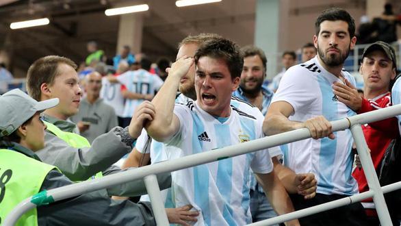 Fan Argentina nhổ nước bọt, đánh hội đồng fan Croatia để trút giận - Ảnh 5.